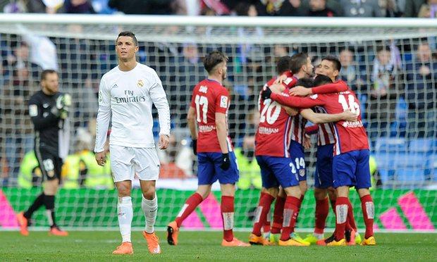 Les joueurs de l'Atlético fêtent un but face au Real en Liga