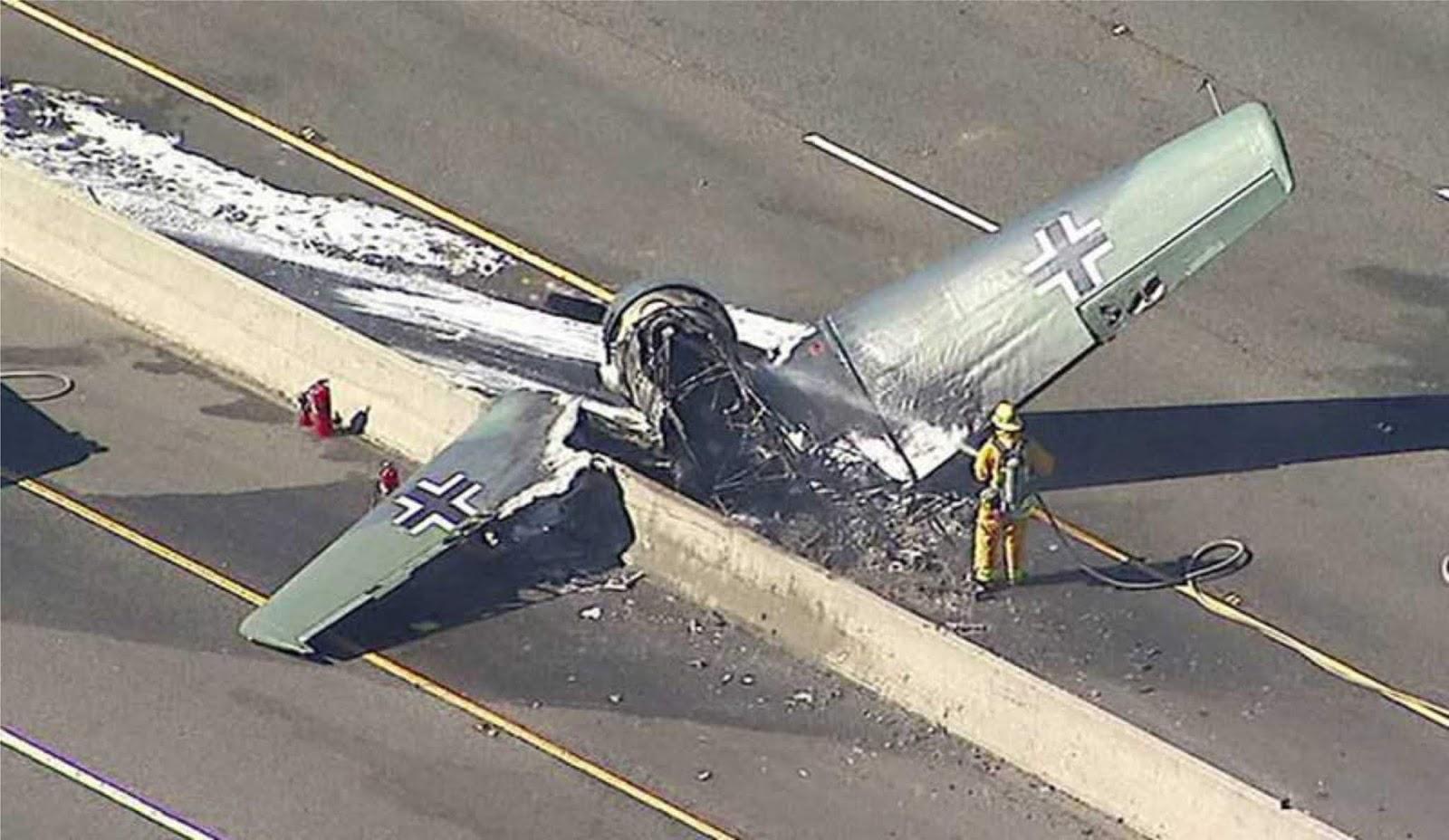 Pesawat latih klasik kecelakaan di jalan Toll Amerika