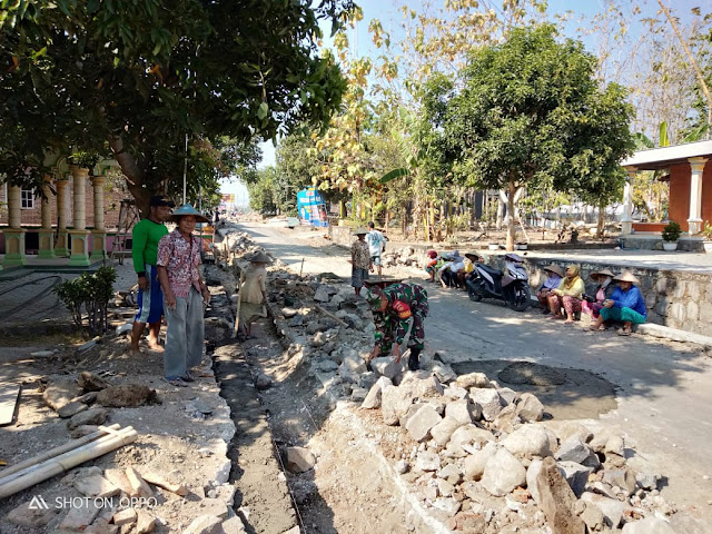 Cegah Genangan Air, Babinsa Tegalrejo Karya Bakti Bersama Warga Dalam Pembuatan Drainase