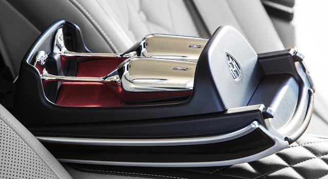 Cặp ly champagne Mercedes Maybach S450 4MATIC 2018 được mạ bạc sáng bóng do Robbe & Berking chế tác bằng thủ công