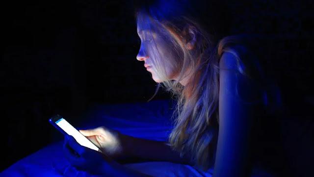 هل النوم بجانب الهاتف سيء على الصحة؟