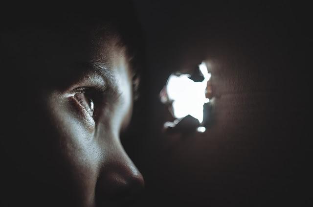 Πλαστές ανάγκες, φόβος, χειραγώγηση και ο δρόμος της συνειδητότητας
