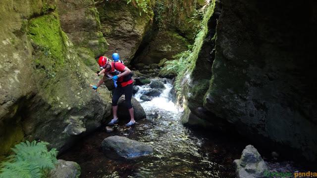 Pasando por el río Mostruelo en la ruta a los cañones del Górgora