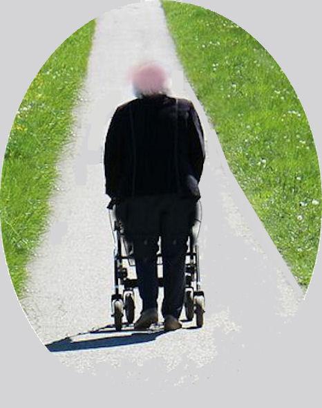 Mies kulkee rollaattorilla edessä aukeavaa jalankulkuväylää poispäin.