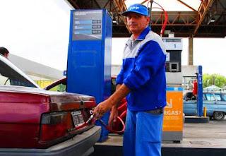 Tras cuatro meses de aumentos en el precio de la nafta y del GNC, los sanjuaninos comenzaron a dejar un poco de lado las salidas en el auto y esto ya impactó en los surtidores. Si bien unas estaciones lo perciben más durante la semana, a otros los sorprende la calma del fin de semana; la realidad es que al terminar el día y mirar los números todos los estacioneros venden menos que lo que cargaban en diciembre. Los más afectados hasta ahora son las bocas de expendio de GNC, donde la caída ha sido de hasta un 35%. Mientras que la venta de nafta o gasoil en el peor de los casos cayó un 30%, según los datos que aportó Analía Salguero, presidenta de la Cámara de Expendedores de Combustible.