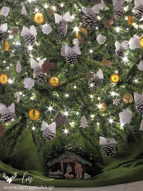 Διακόσμηση χριστουγεννιάτικου δέντρου με χειροποίητα στολίδια.