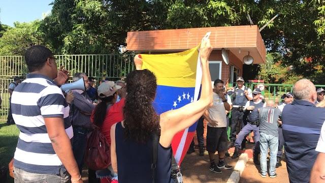 """CONFUSÃO E """"INVASÃO"""" DA EMBAIXADA DA VENEZUELA EM BRASÍLIA LEVA TRÊS PARA DELEGACIA"""