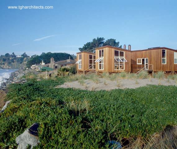 Residencia contemporánea de madera sobre pilotes en la playa, California, Estados Unidos