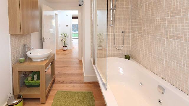 светлая ванная комната с полом из дерева