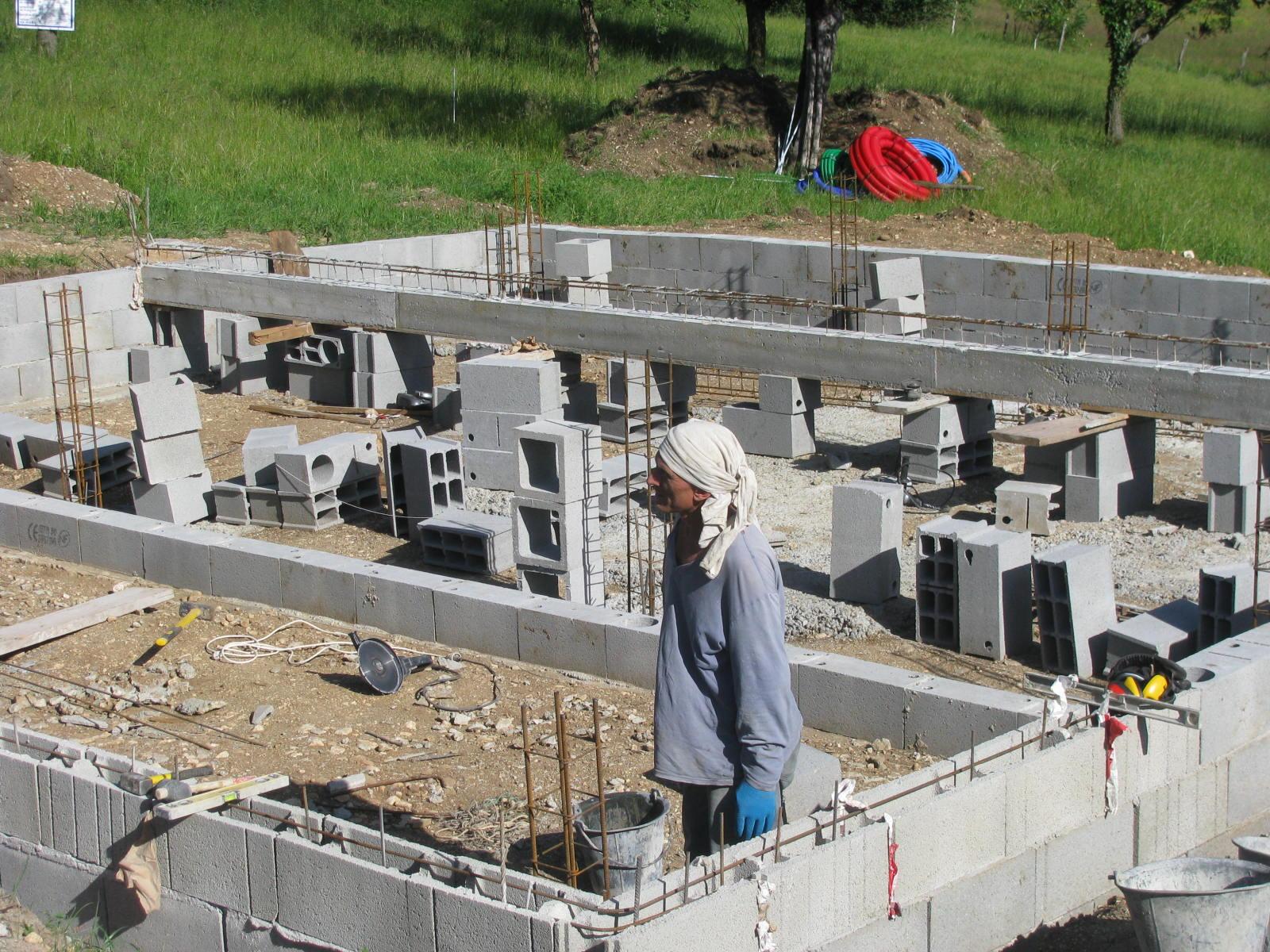 le linteau est maintenant coul le soubassement bien avanc on note les ferrailles qui reprendront dans la future dalle