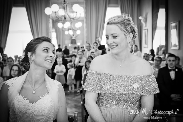 portrait mariée et sa témoin BFF en noir et blanc