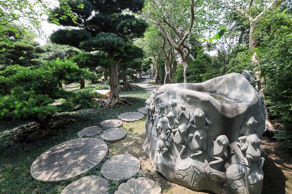 台灣銘園庭園美術館由古樹、奇石、石雕和水池組成的唯美庭園景觀