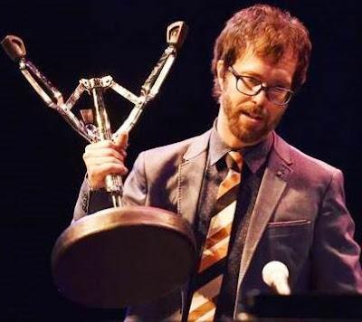 Foto de Ben Folds con su premio