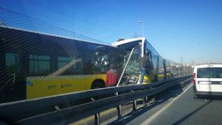 اسطنبول..حادث تصادم حافلاتان متروبوس وجها لوجه(فيديو)