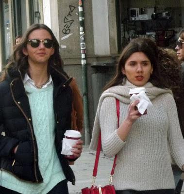 duas meninas com copos de café na rua
