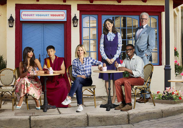 personnages the good place assis à une terrasse