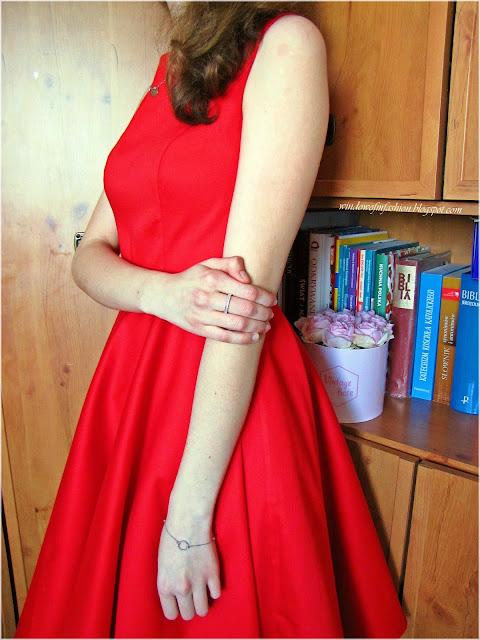 Srebrne pierścionki i bransoletka z kółeczkiem, czerwona sukienka
