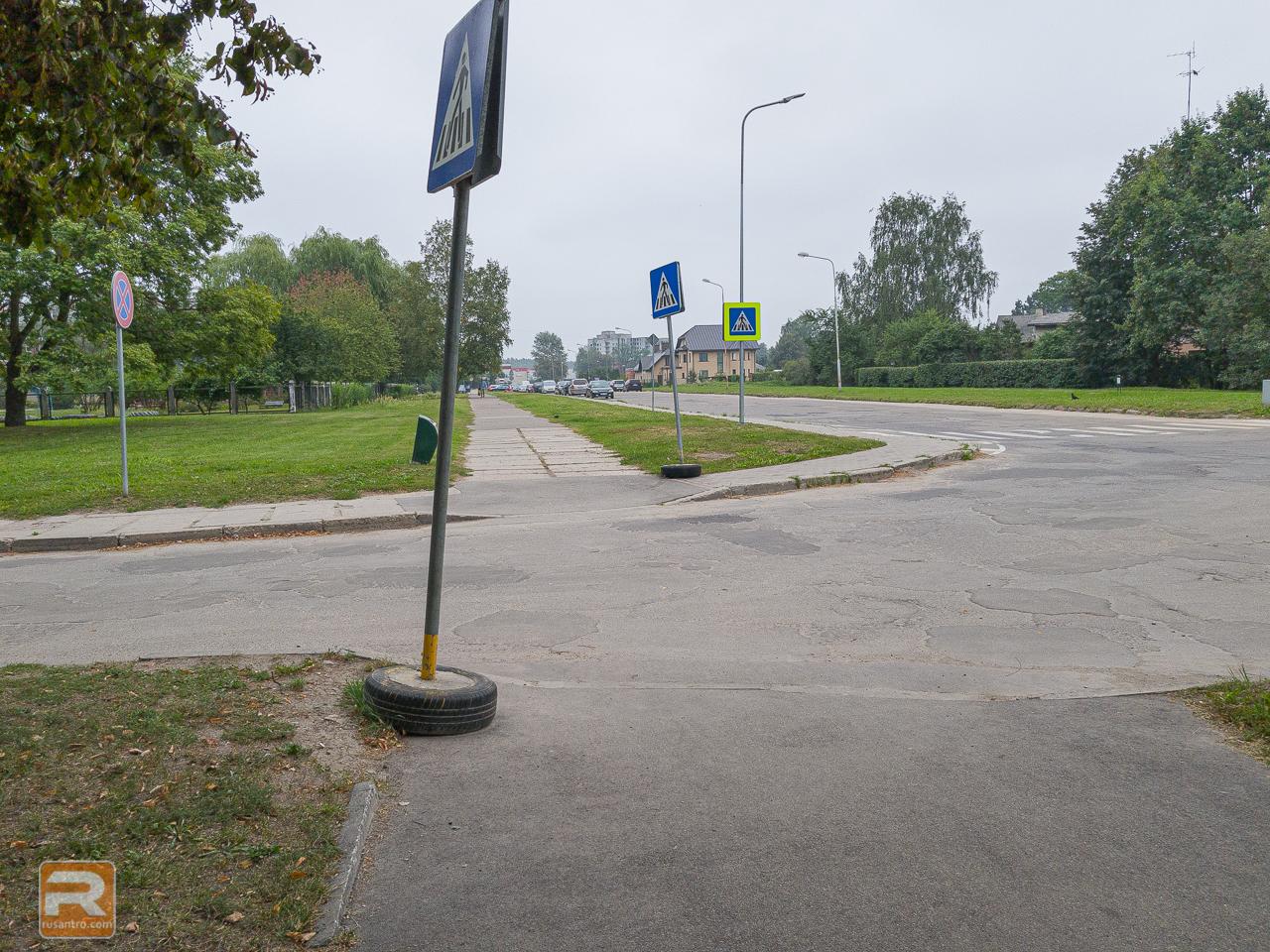 Pagaidu ceļa zīmes uz gājēju pārējas