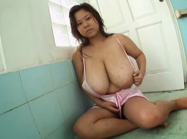Women puts worms in her pussy