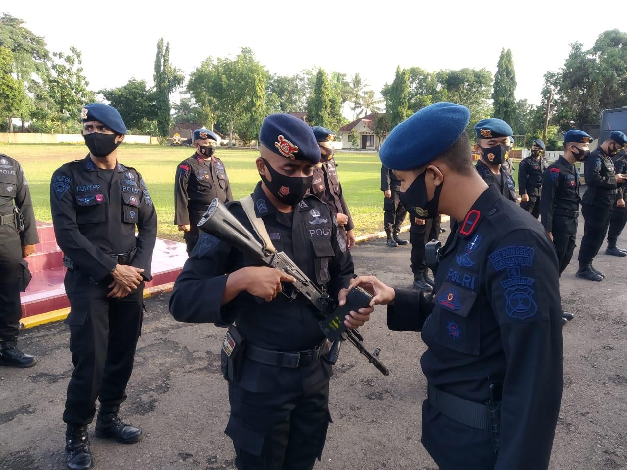 Personel Yon B Pelopor amankan aksi massa pendudukan lahan PT. Tunas Baru Lampung.Tbk.