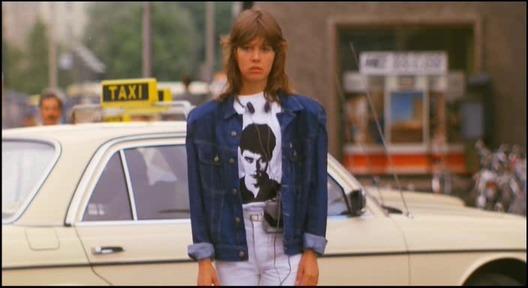 Simone di film The Fan (1982) selalu setia menunggu balasan surat dari idolanya