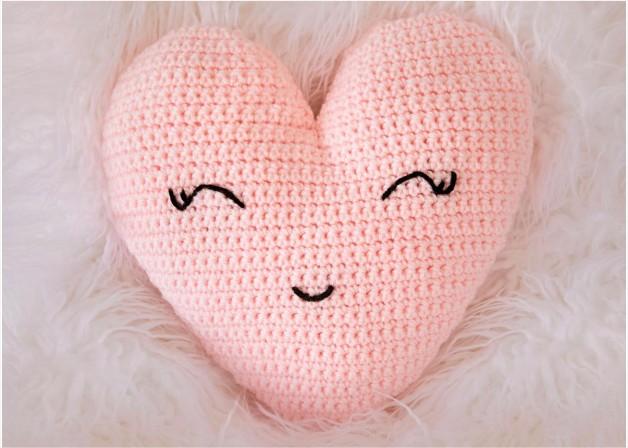 fios kiki - almofada coração em crochê com fio de malha