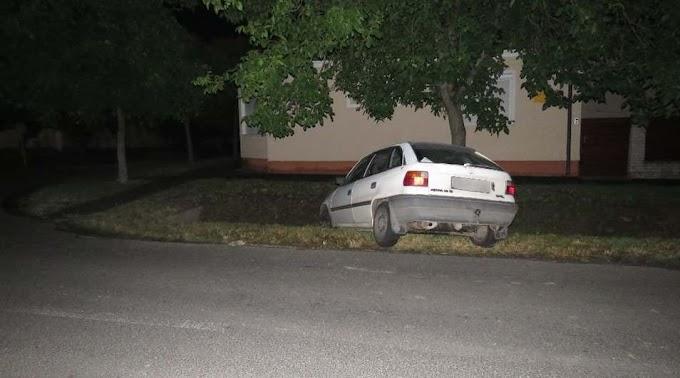 Szerencsétlen fiatal autót lopott, haverjaival együtt árokba is csapta