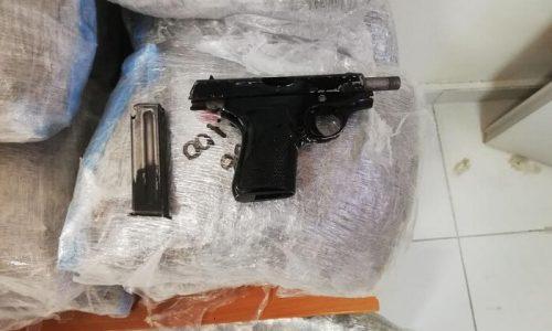 Στο πλαίσιο επιχειρησιακών δράσεων του Τμήματος Δίωξης Ναρκωτικών της Υποδιεύθυνσης Ασφάλειας Ηγουμενίτσας για την καταπολέμηση της διάδοσης των ναρκωτικών, συνελήφθη στο Ράγιο Θεσπρωτίας, αλλοδαπός, που κατηγορείται για εισαγωγή και διακίνηση ναρκωτικών καθώς και για παραβάσεις της νομοθεσίας περί όπλων.