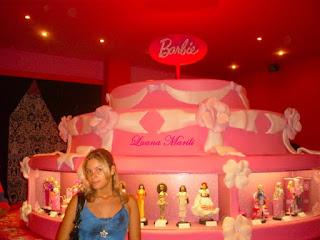 Luana dentro do museu da Barbie em 2009