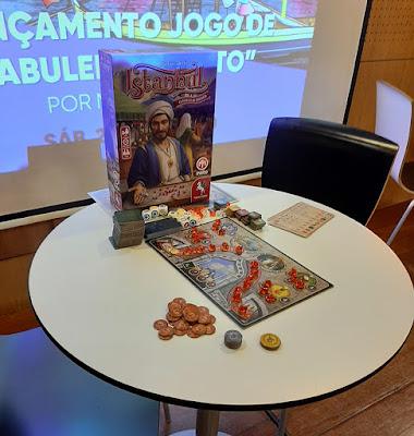 Mesa com jogo de tabuleiro