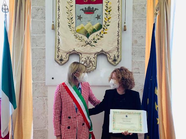 La sindaca di Putignano consegna il certificato di cittadinanza al albanese Anisa Skëndaj