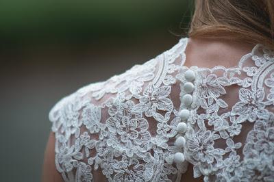 Espalda de vestido de novia de encaje con botones