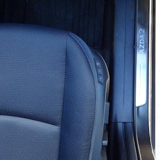 マツダ2の運転席の電動パワーシートのスイッチ