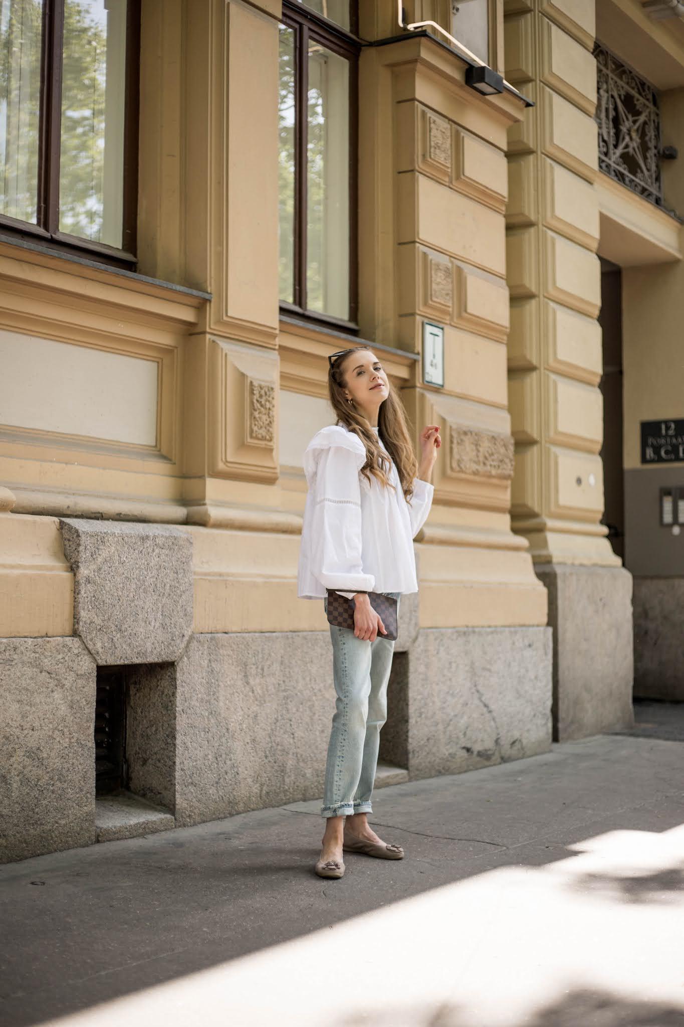 Kesäasu vaaleiden farkkujen ja valkoisen paidan kanssa // Summer outfit with light blue jeans and white blouse