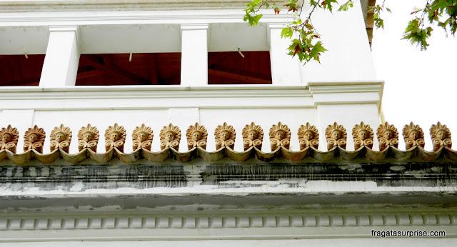 Decoração de telhado típica dos bairros tradicionais de Atenas