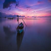 Una barca sull'acqua richiama il Battesimo di Gesù che testimonia la vicinanza di Dio alla condizione dell'uomo.