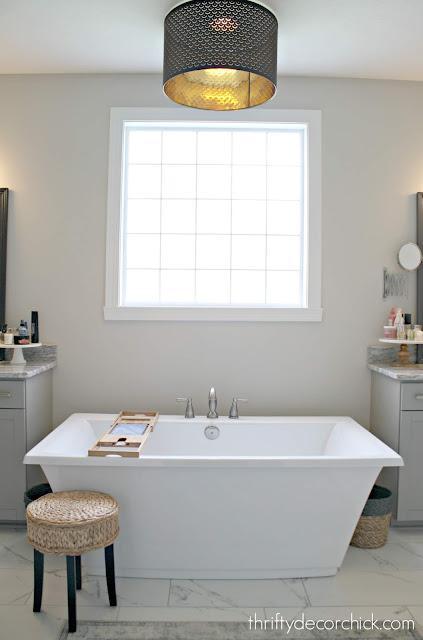 Freestanding soaking tub