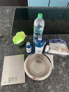 Ustensiles et ingrédients pour la réalisation de la crème lavante corps et cheveux pour enfants