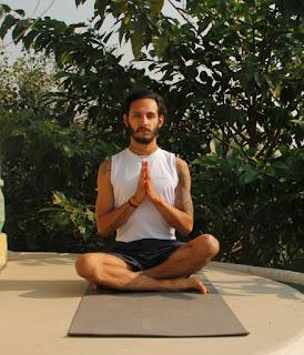 El yoga ofrece un enfoque y una práctica que puede ser de utilidad ante el problema, ya que su propósito central es lograr un estado de tranquilidad y de lucidez