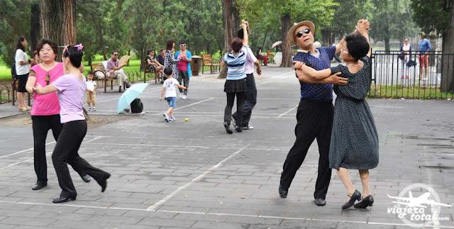 Chinos bailando en el Templo del Cielo