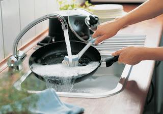 كيفية تنظيف الأطباق القديمة من الصدأ والكربون بسرعة