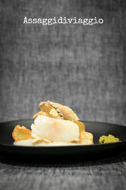 Baccalà in oliocottura con crema e chips di topinambur e crumble di prezzemolo