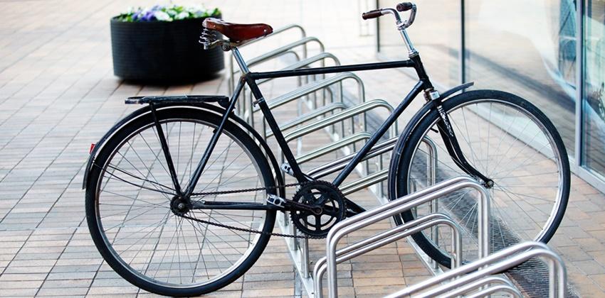 Parkir sepeda di ruangan outdoor