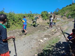 Berikan Rasa Nyaman Bagi Pengendara, Satgas Pamtas Yonif R 142 Bersama Masyarakat Perbaiki Jalan Desa