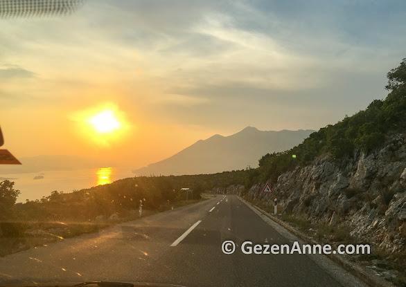 Orebiç ve Korçula Adası'na doğru giderken gün batımı, Hırvatistan