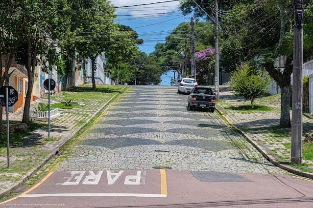 Rua com calçamento em pedras decorado