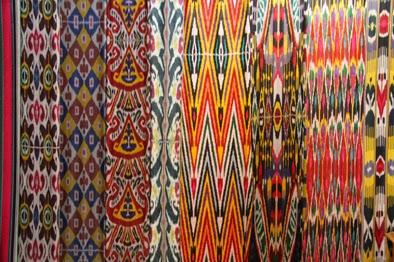 Tachkent, rue Rakatboshi, Musée des Arts décoratifs, tissus ikatés, © L. Gigout, 2012
