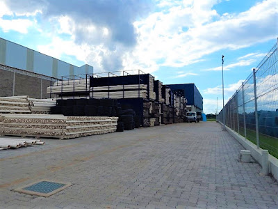 O pátio externo do centro de distribuição no Clip permite o trânsito de caminhões com acesso por duas vias opostas.