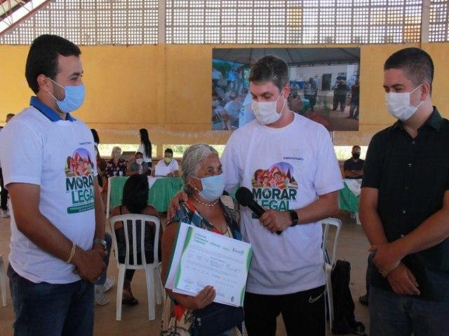 Os Moradores da Vila Esperança recebem seus Títulos de Regularização Fundiária