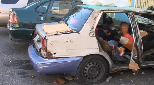 Hombre Julio Roberto Ramírez Abreu vive con sus tres hijos dentro de un carro en Villa Juana